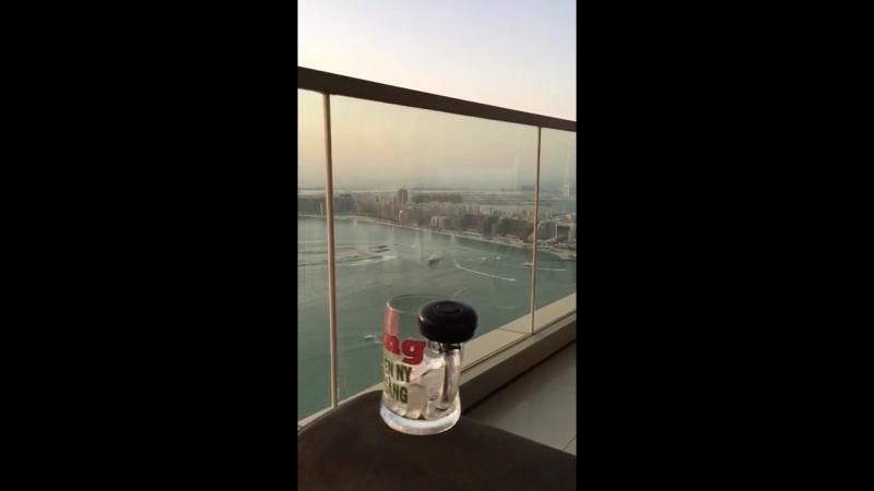 Красивый отдых на крыше многоэтажки с большим бокалом виски. Видео прикол (wantprikol.ru)