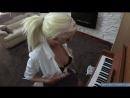 Молоденькая блондинка почти с открытыми сиськами учится играть на папином пианино