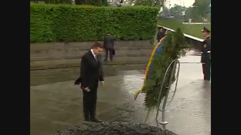 Янукович и венок