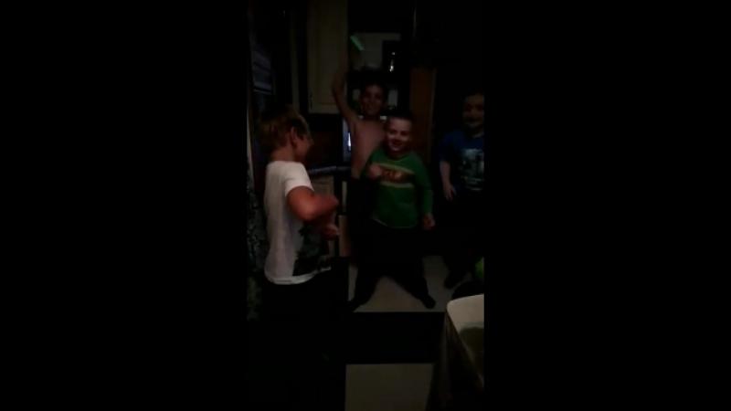 пацаны танцуют