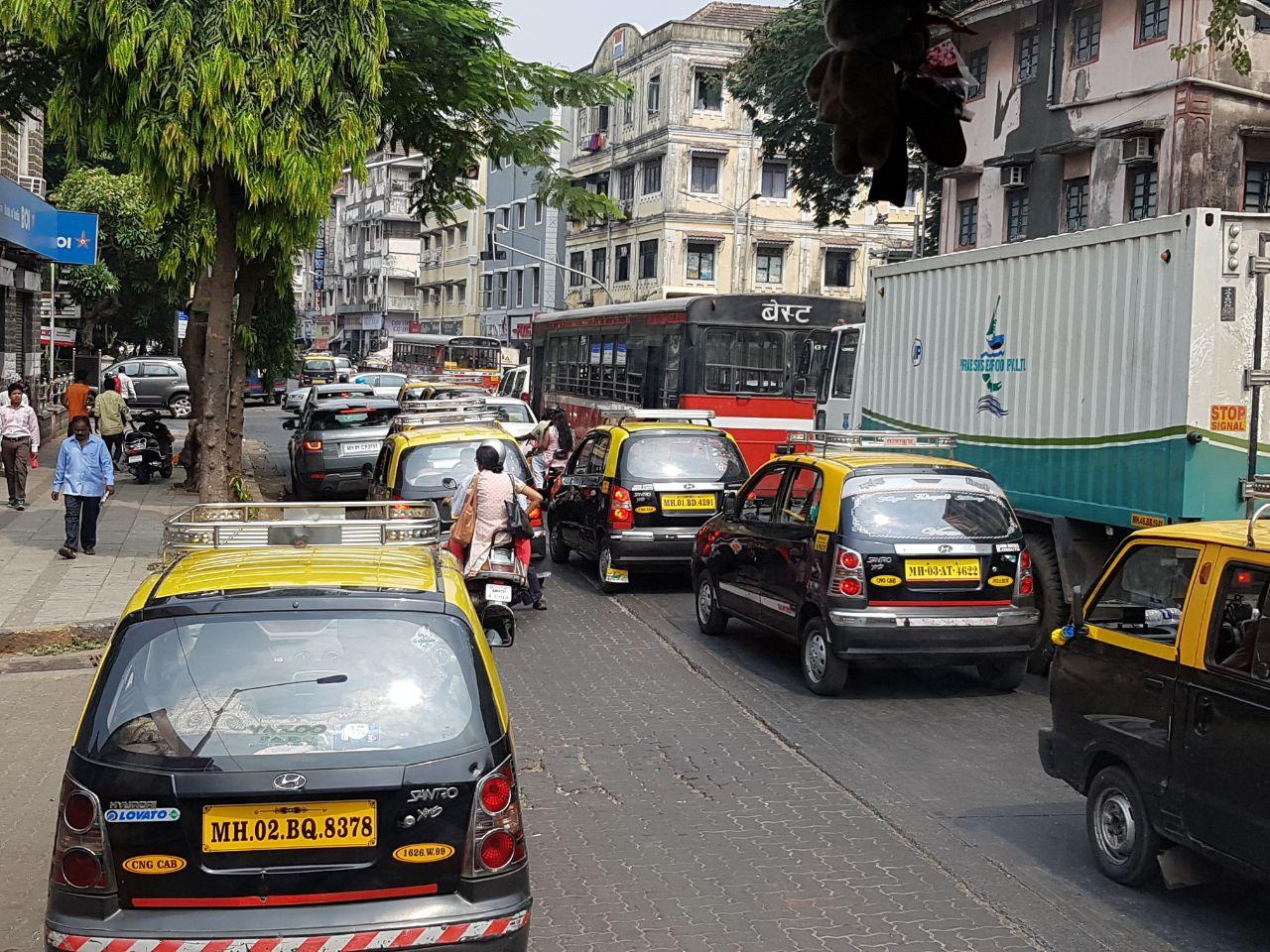 Старый квартал Мумбаи, улочки уже, пробки больше.