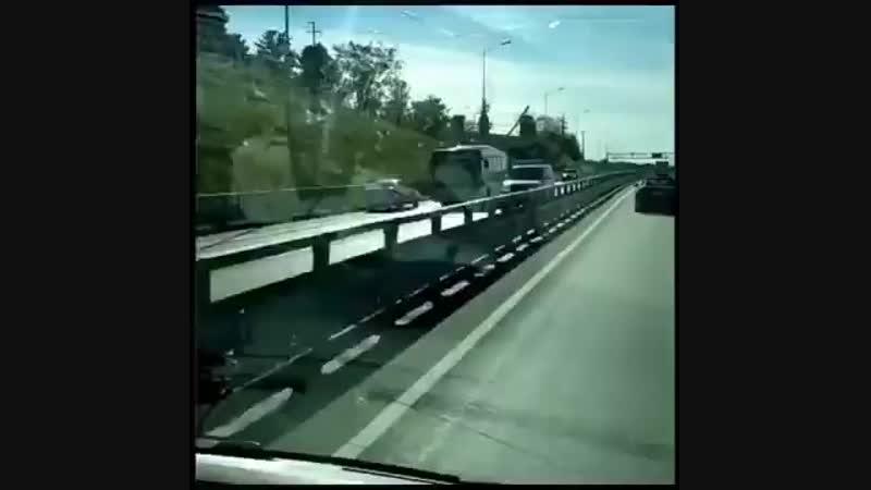 На видео Лада на высокой скорости едет по встречной полосе в сторону Адлера трасса Абхазия