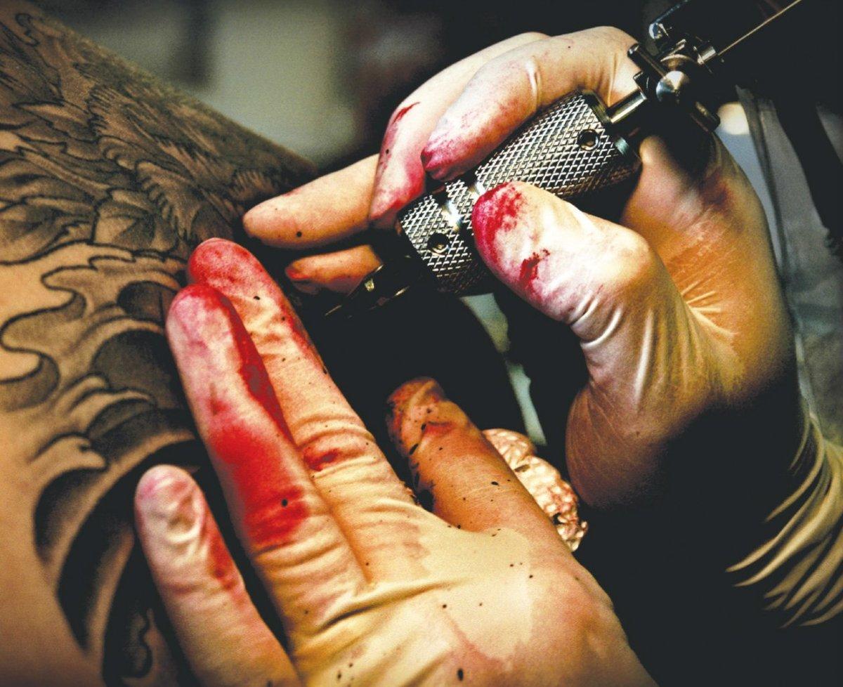Гепатитом С можно заразится в тату-салоне