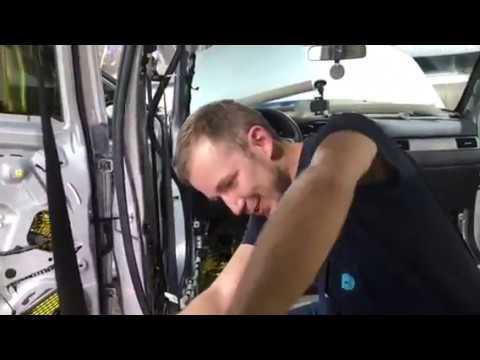 Прокатка виброизоляции в машине. Рабочие будни московского шумоизоляционного автоцентра