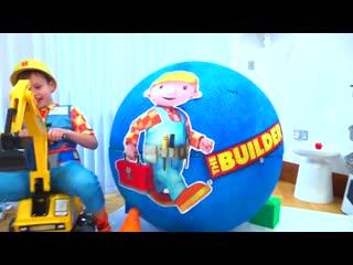 Мистер Макс играет в Строителя Боба а Мисс Кэти в автобус Хело Китти и детские игрушки 2019 в гигантских яйцах