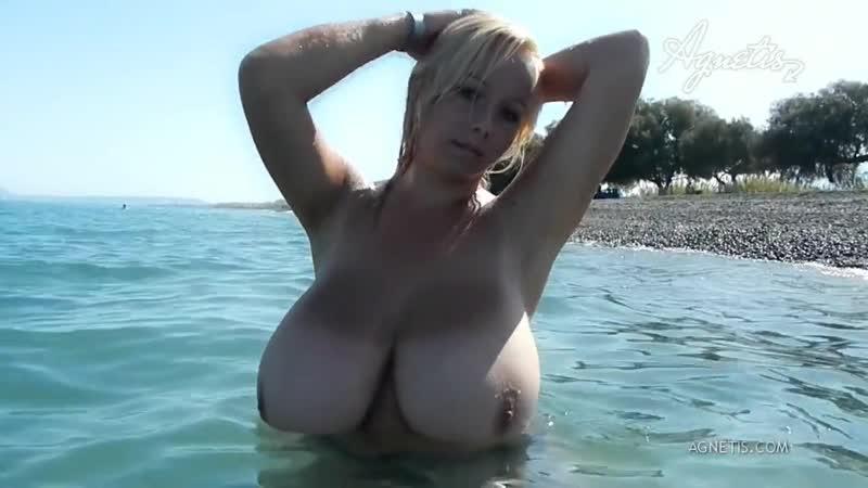 Сиськастая большегрудая баба блондинка купается голая на нудистком пляже показал огромные сиськи засвет большую грудь порно секс