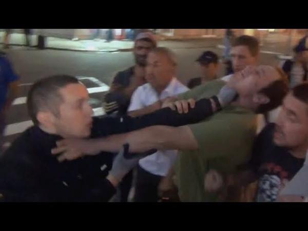 Нападение полицейского на активистов !