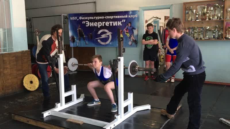 Дима Цибулин поднял в приседаниях 40 кг.
