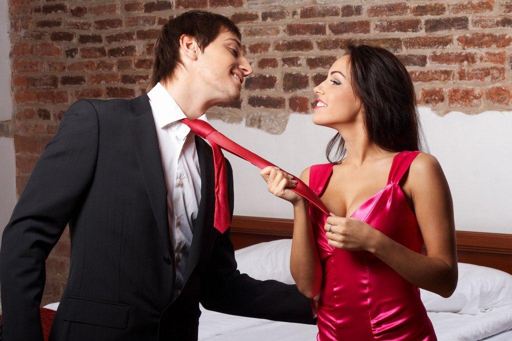 женщина в красном соблазнила парня