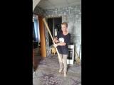 Девушка Алёна тренируется с палкой боевым искуствам