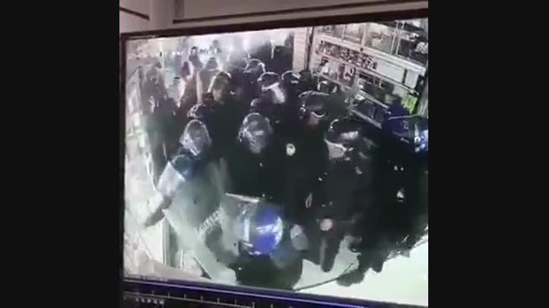 Ülkenizi sevin. Neyse ki bir devlet geleneğimiz var. Burası ise Meksika... Polis hırsızlık ihbarıyla geldiği mağazayı soyuyor.