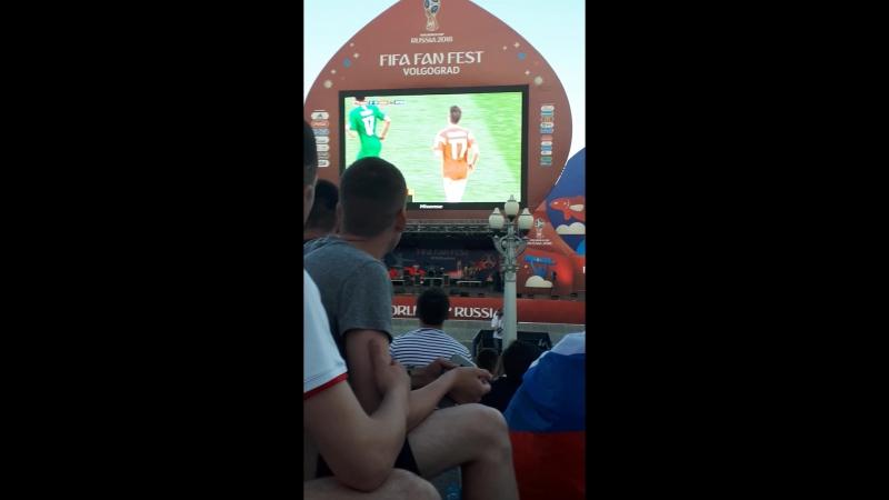 Сборная России забивает 2 гола подряд в компенсированное время Фанаты ликуют в Волгограде