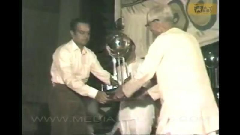Вручение премии команде фильма Pokkiri Raja (tamil, 1982)