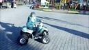 Запорожье, парк возле ТЦ Интрейд, ребёнок катается на квадроцикле. Март 2019. Весна в городе