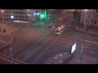Появилось видео, как машина влетела в переход метро в Минске