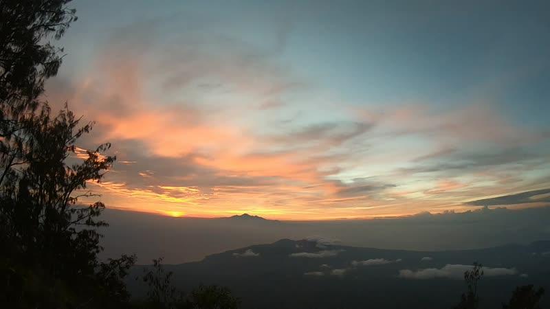 Рассвет на Бали Восточный склон Агунга вид на о Ломбок