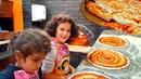 Дети САМИ делают ПИЦЦУ и ЖАРЯТ ее в ОГРОМНОЙ ПЕЧИ Пицца ЧЕЛЛЕНДЖ Мастер КЛАСС Чья ПИЦЦА вкуснее