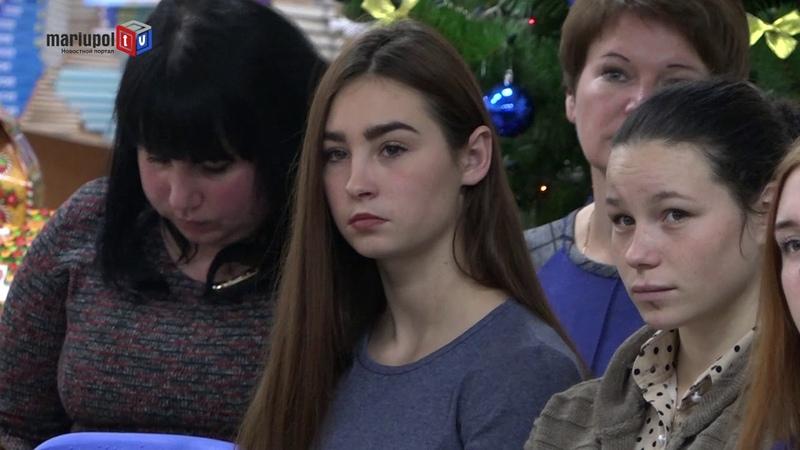 Первая леди в Мариуполе и Волновахе подарила школьникам украинские учебники