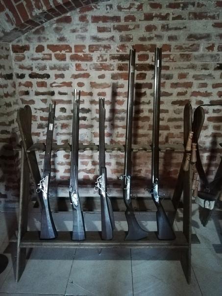 Выставка оружия. Очень необычные спусковые механизмы. Вон в виде дракончика даже.  ©Алексей Холмовский https://vk.com/id144276654