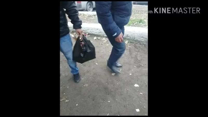 Кызыл, Кочетова 99. пьяницы во дворе дома убирают мусор