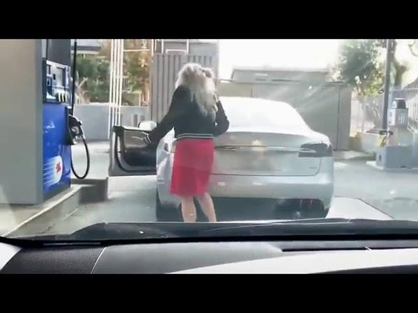 Тесла Прикол Блондинка за рулем