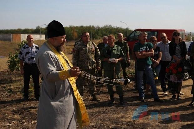 У нас Украина бедная, а вы — богатые: украинские каратели грабят тела погибших ополченцев (Видео 18)
