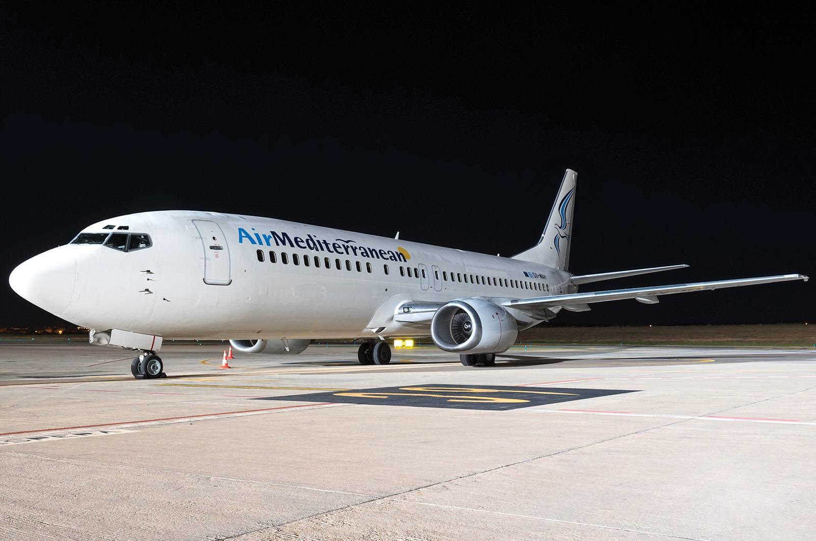 Самолет Air Mediterranean перед выполнением ночного рейса
