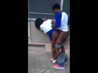 Liseliler okul bahçesinde sikişirken yakalanıyor