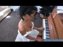 Мама брюнетка играет на пианино почти с обнаженной большой грудью на радость зрителям