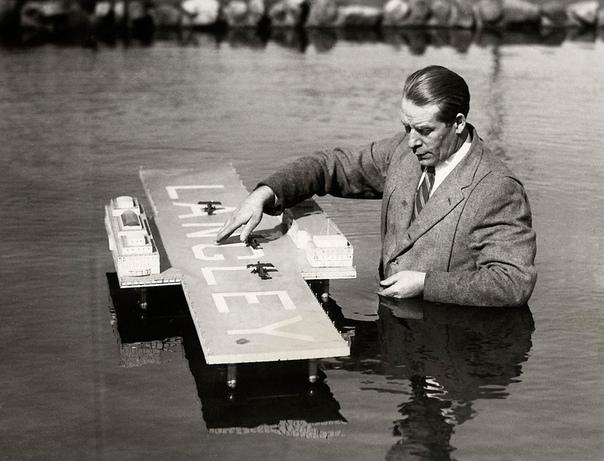 Авианосец Лэнгли. Макет первого авианосца ВМС США. Канадский инженер Эдвард Р. Армстронг с моделью своего гидроаэродрома, предназначенного для дозаправки самолетов трансатлантических рейсов