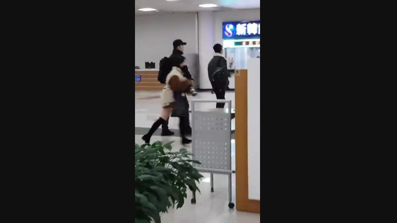 21.01.2019 - Юнхо в аэропорту Кансай (Осака). TVXQ возвращаются в Сеул из Японии