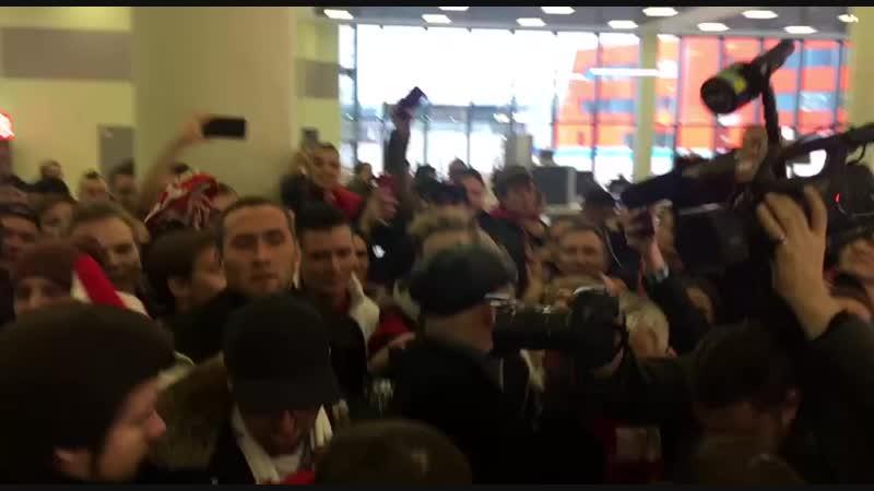Спартаковские болельщики провожают Карреру в Шереметьево