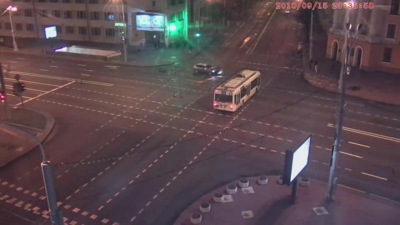Машина заехала в переход метро