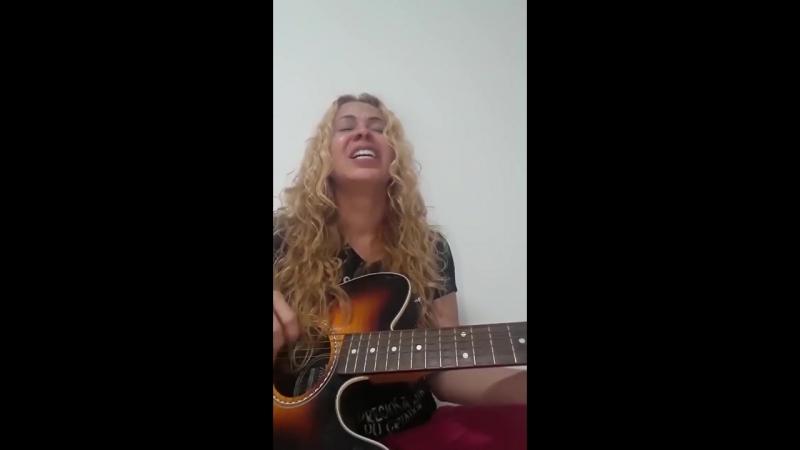 Joelma chorando enquanto canta a canção O LUGAR.