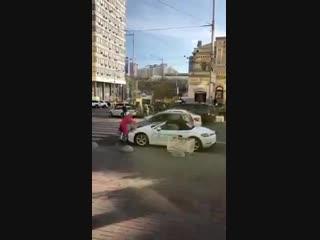 В центре Киева блондинка изрубила топором Porsche