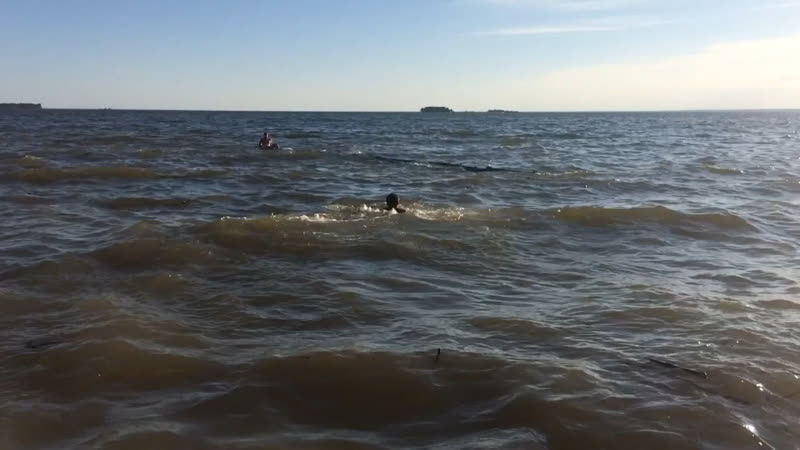 Парень поплыл