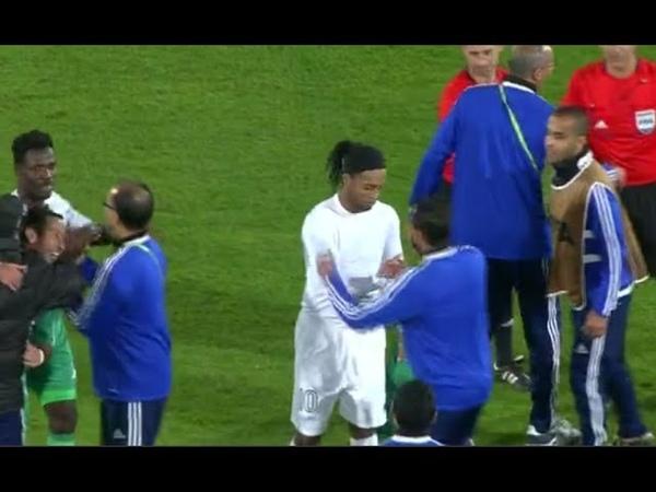 Ronaldinho Gaúcho perde roupa e chuteiras em 'arrastão' (Atl. mineiro 1x3 Raja)