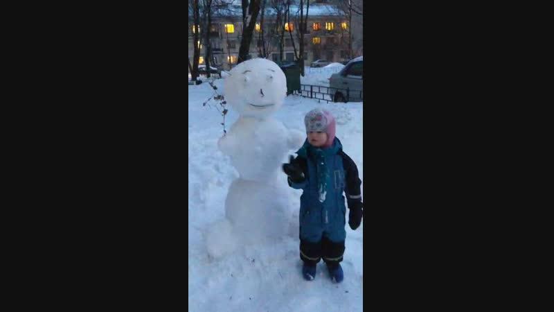 Даша снеговика слепила с мамой 3 г
