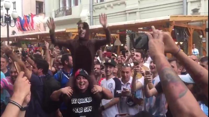 Аргентинцы танцуют под Катюшу на Арбате!
