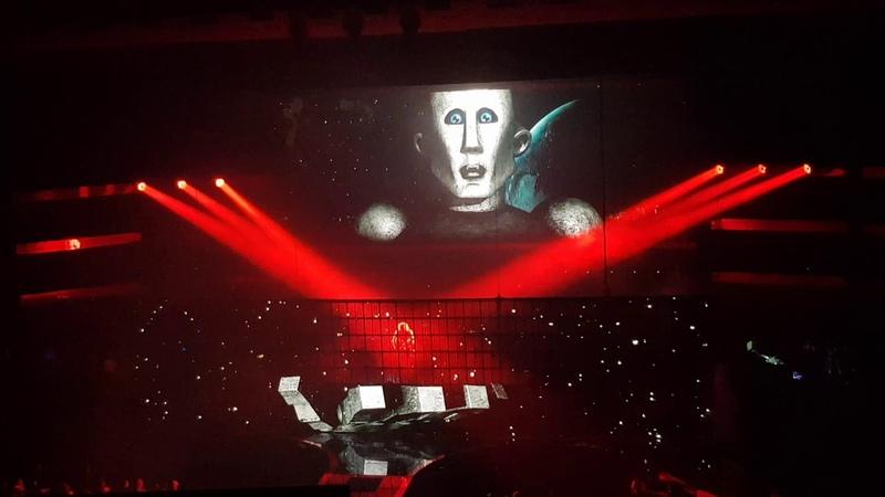 Queen Adam Lambert - Las Vegas Park Theater - 22/10/18 - Frank giving Brian a lift
