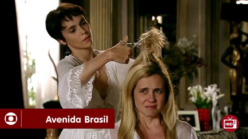 Avenida Brasil | Nina corta e pinta o cabelo de Carminha