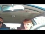 девушка учится водить