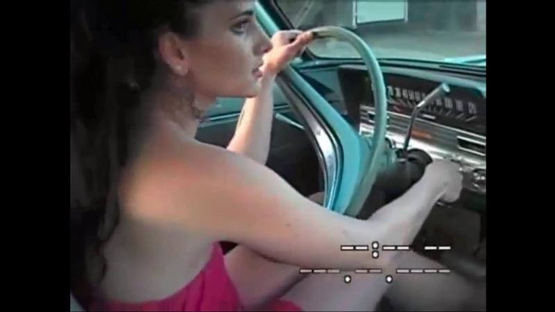 Sexy girl evertime cranking and pedal pumping - Sarışın seksi kız marş basıp pedal pompalıyor.