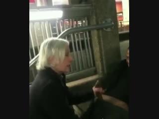 Бабка сосет чёрному прямо на улице