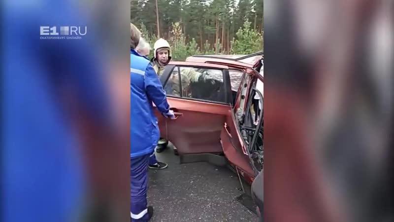 На ЕКАД КамАЗ подмял под себя иномарку, три человека погибли
