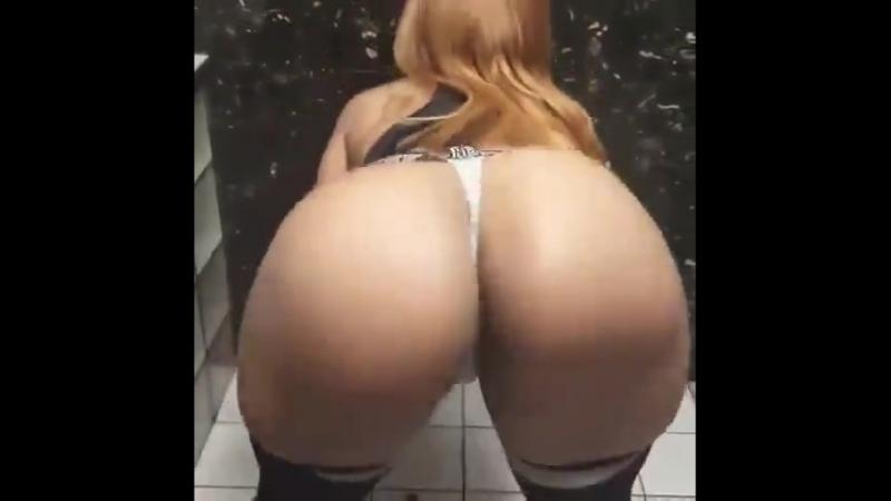 Школьница малолетка разделась в туалете школы трясет голой большой жопой показала огромную голую попу на вписке тверк twerk секс