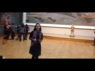 В Третьяковской галерее мужчина в стрингах и золотой краске прогулялся по залам