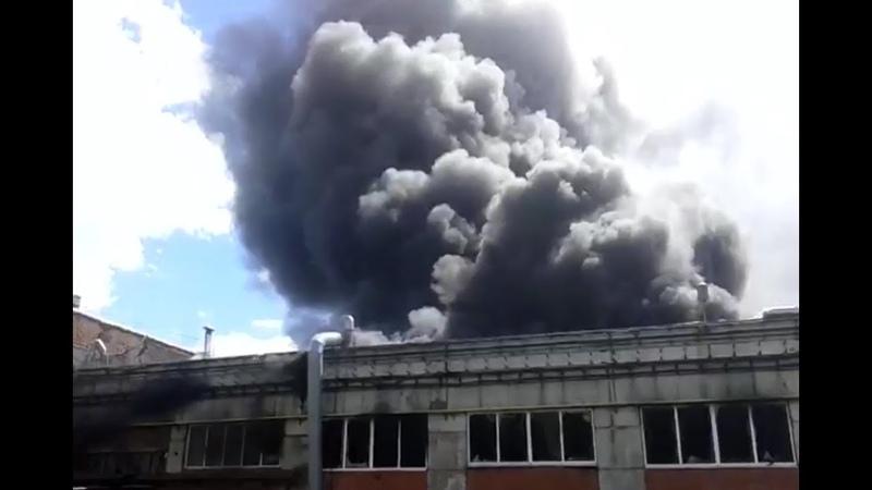 В Башкирии 9 пожарных машин тушили полыхающее здание цеха