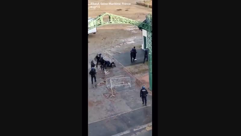 La police Française dans sa grande classe exerce des violences gratuites comme ici à Elbeuf 76