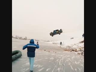 Жесткая забава ростовские экстремалы прыгают в замерзшее озеро